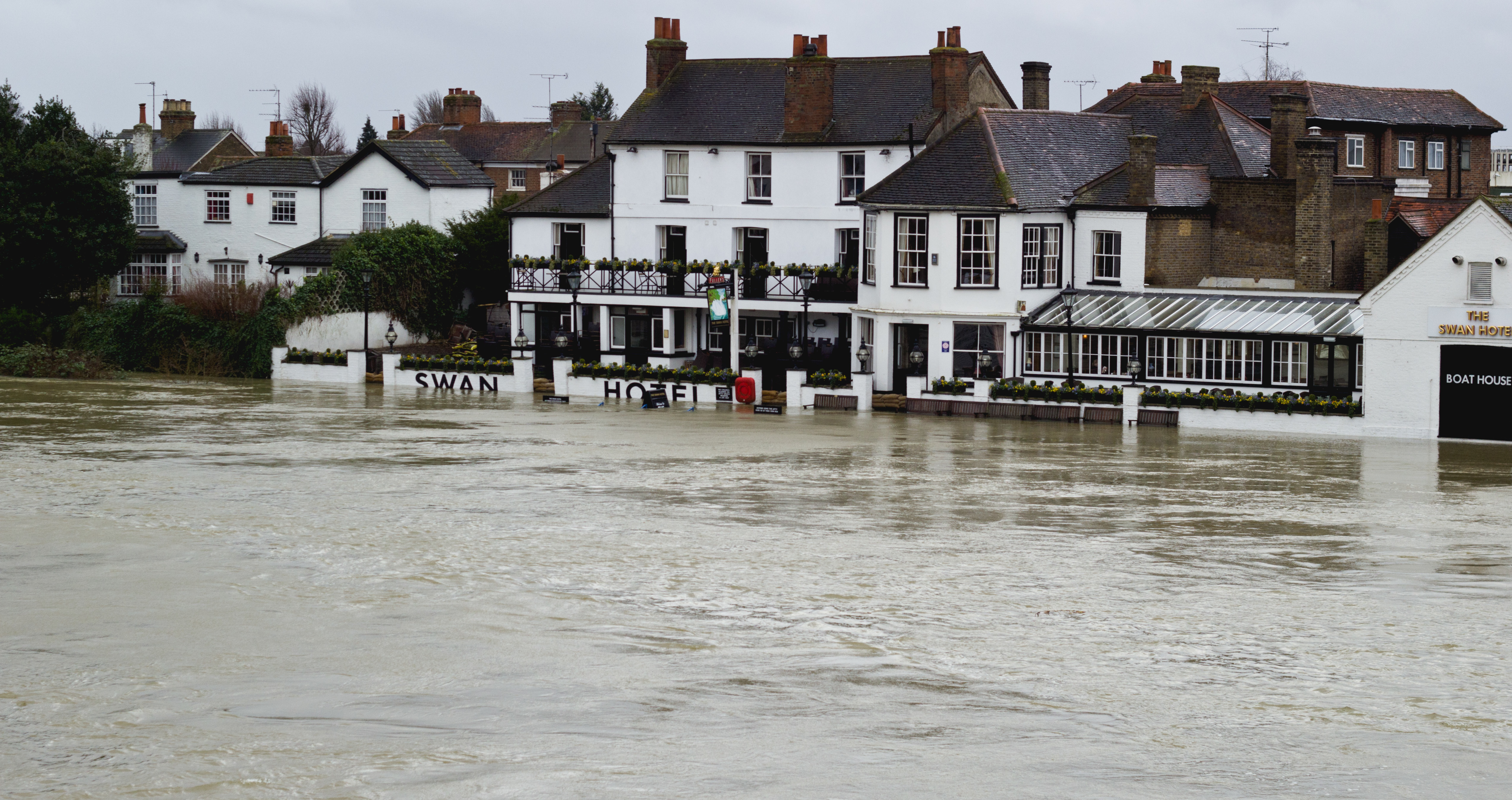 UK_Floods,_Staines-upon-Thames,_Swan_Hotel