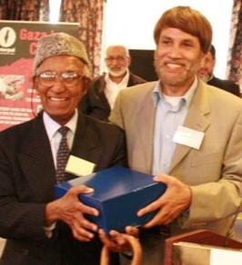 Dr Akbar Ali (left) being awarded the Lifelong Con-tribution to the Muslim Community